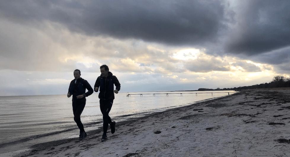 Trailløbere på tur fra Jersie Strand til Vallensbæk Havn. Fantastisk udsigt til både himmel og hav.